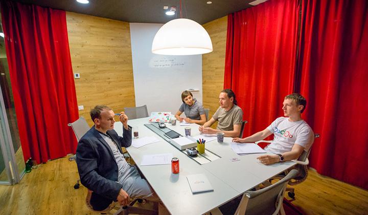 Для деловых встреч, переговоров и собеседования в офисе Badoo есть пять переговорок, каждая из которых оформлена в индивидуальном стиле.
