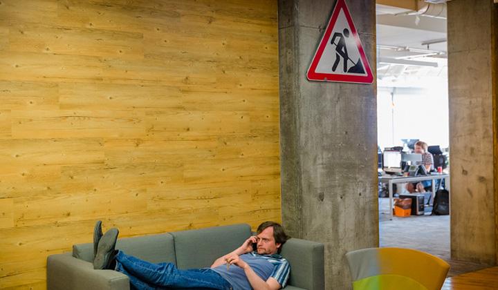 В московском офисе Баду большинство помещений - это большие опенспейсы. При этом здесь достаточно укромных мест, в которых можно перевести дух и отдохнуть.